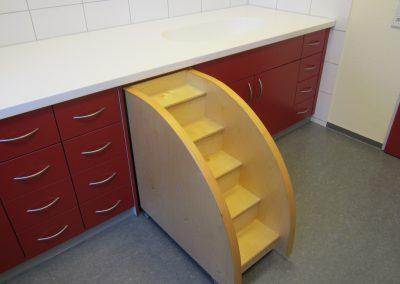 Wickeltischanlage mit Platte aus Corian