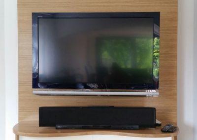 TV Wand Eiche natur+furniert Schiebetür weißlack